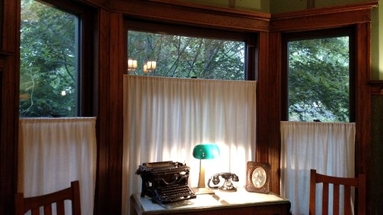 Whitehall, MI: Dining room with vintage typewriter and telephone