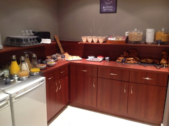 Issy-les-Moulineaux, Francia: Simple buffet continental breakfast