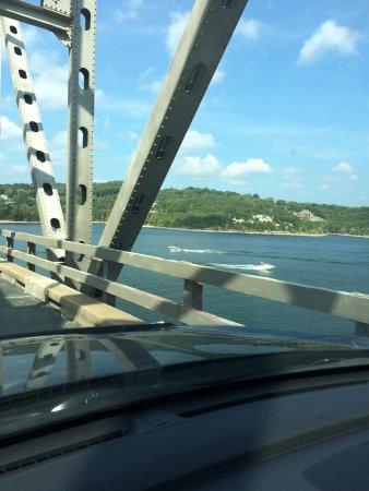 แบรนสัน, มิสซูรี่: Boats going under the bridge
