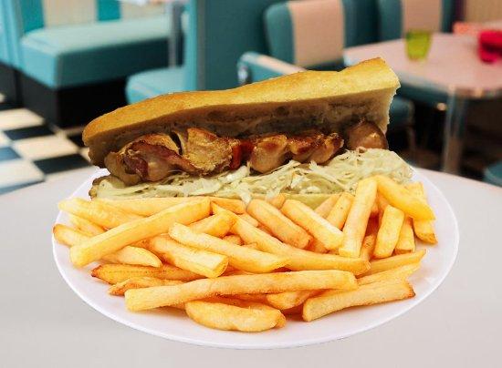 Arlon, Belgique :  Notre sandwich avec sa succulente brochette de poulet.
