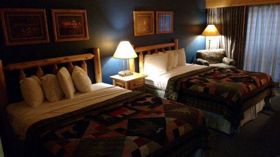 Three Bears Resort: Rooms are comfortable, but dark.