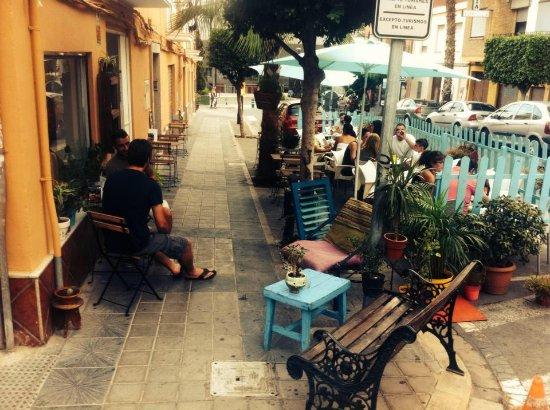Paterna, España: Nuestra terraza con clientes y amigos que disfrutan del espacio la comida y el mejor servicio!