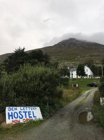 Ben Lettery Connemara Hostel: The driveway leading to the hostel, with Ben Lettery Mountain in the background.