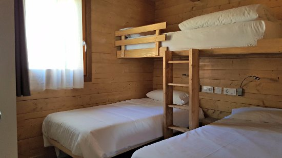Camping els roures sant pau de seguries spanien - Habitacion 3 camas ...
