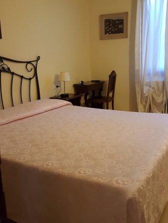 Hotel Locanda Salieri: camera vista chiesa