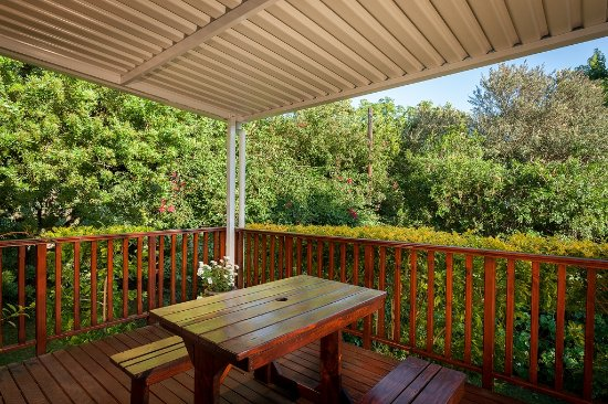 Grahamstown, Afrika Selatan: Lovely deck leading on to garden with coolrib awning