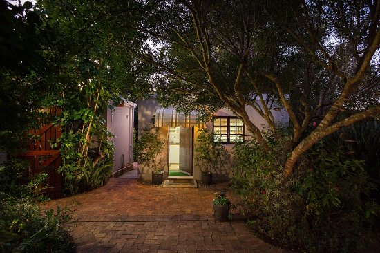 Grahamstown, Afrika Selatan: Entrance to garden flat at night (all lit up)