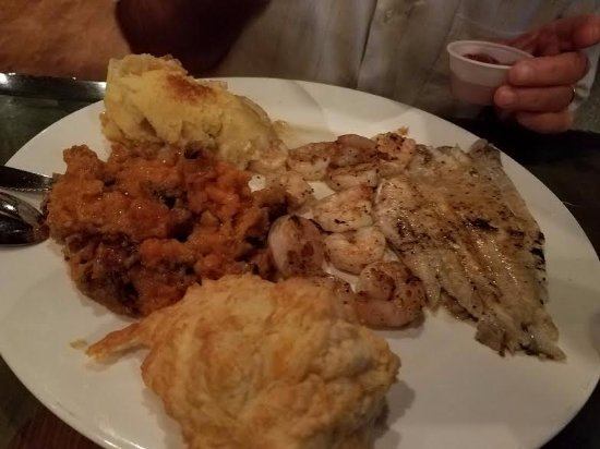 Lumberton, Carolina del Norte: Grilled flounder and fish