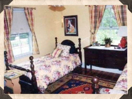 Cranberry Gardens Inn: Daffodil Room - twins or King - private bath outside room