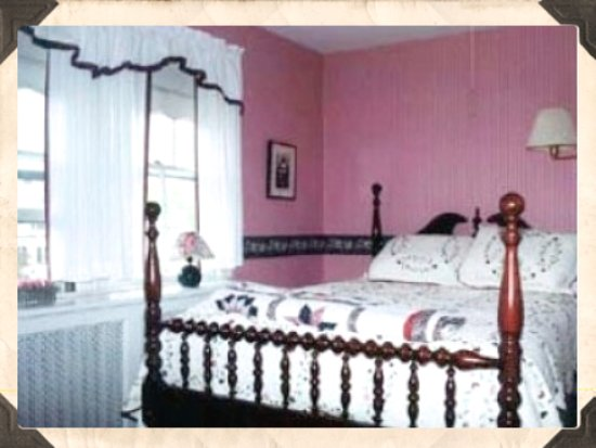 Wareham, MA: Cranberry Room - Queen bed with bath in room