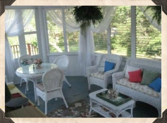 Cranberry Gardens Inn: Three season porch for breakfast
