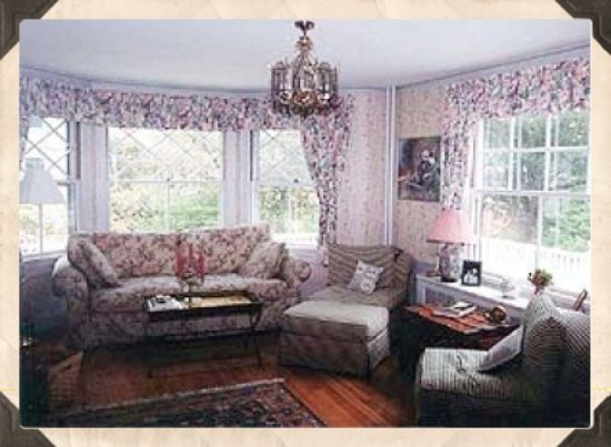 Cranberry Gardens Inn: Living room