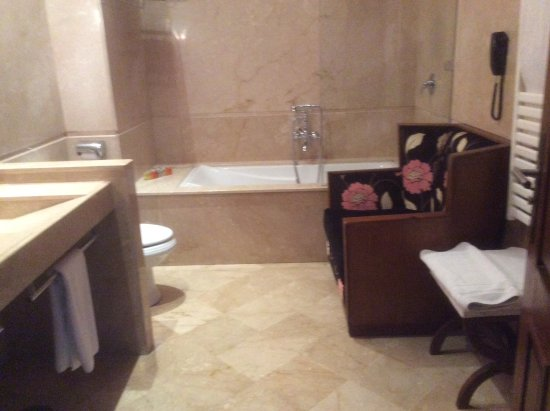 Hotel & Spa Le Doge: Spacious bathroom big enough to have a large armchair! Doublr vanities, heated towel rail