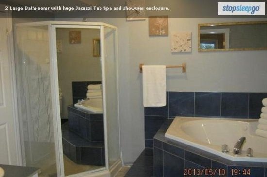 Wasaga River Resort Inc: Large baths with shower enclosure and huge Jacuzzi hot tub spa