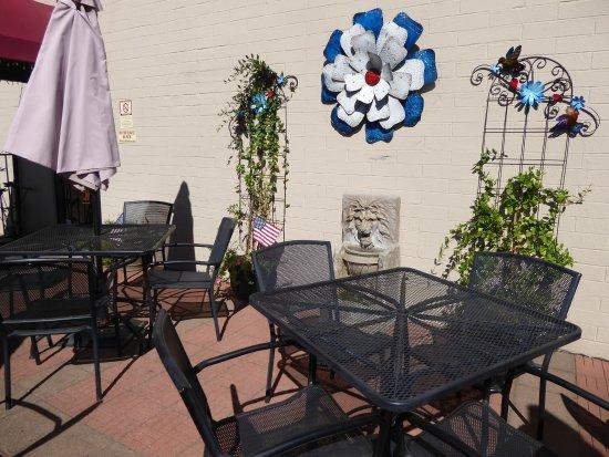 Pinetop-Lakeside, AZ: Outdoor dining area