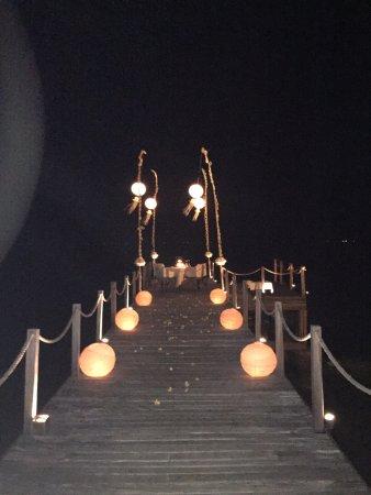 ذا لومبوك لودج: This is the setup for the private dinner on the hotel jetty.
