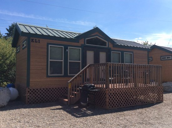 Spokane Valley, วอชิงตัน: Deluxe Cabin has 2 bedrooms, bathroom and shower, kichenette and TV's.