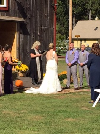 Stony Creek, Νέα Υόρκη: An on-site barn wedding