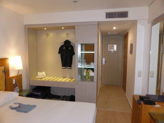Kriti Beach Hotel: Garderobewand - sehr praktisch