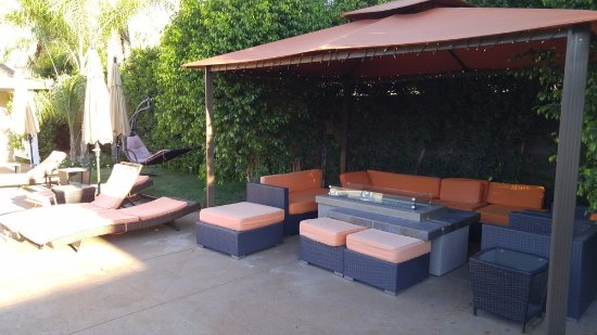 Little Paradise Hotel: firepit lounge area