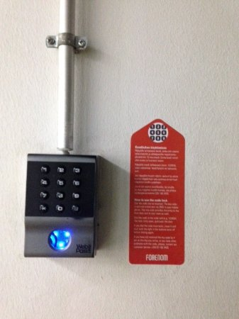 Vantaa, Finlandia: Key pad at the front door. You can open the door by the key code which you receive by mail.