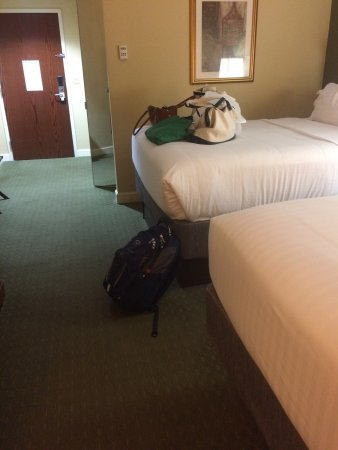 Conover, Carolina del Norte: A photo to show my husband how high the beds are, using my packback for scale.