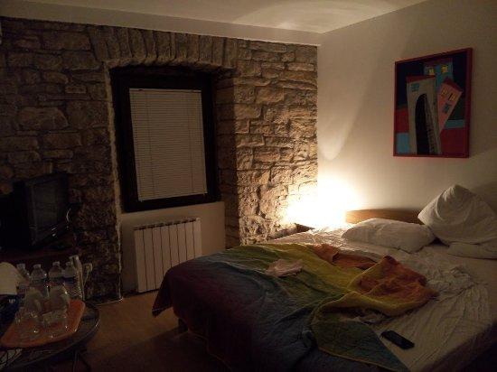 Groznjan, Croacia: Muro con pietre a vista
