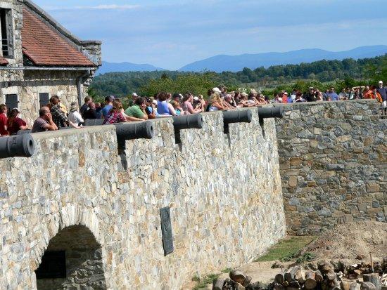 Ticonderoga, estado de Nueva York: Fort Building with canon's