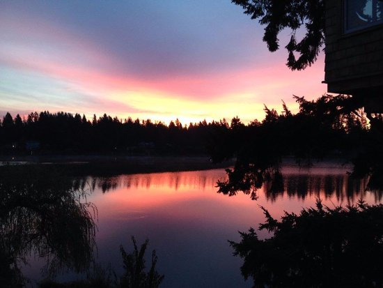 Woodinville, WA: evening lake view