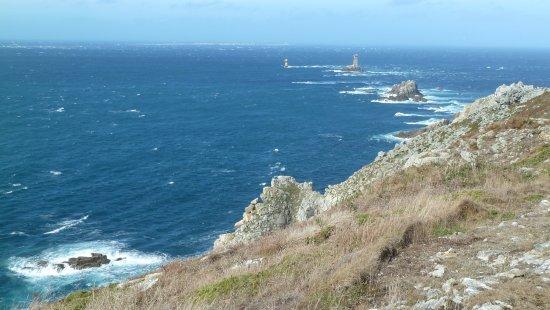 Plogoff, France: gli scogli e sul fondo l'isola di sein