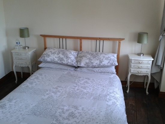 Domfront, Fransa: Room 12.  Double room with shower.