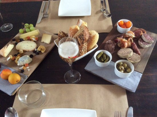 Casa9 Hotel: Yummy charcuterie and cheese with a glass of bubbly!