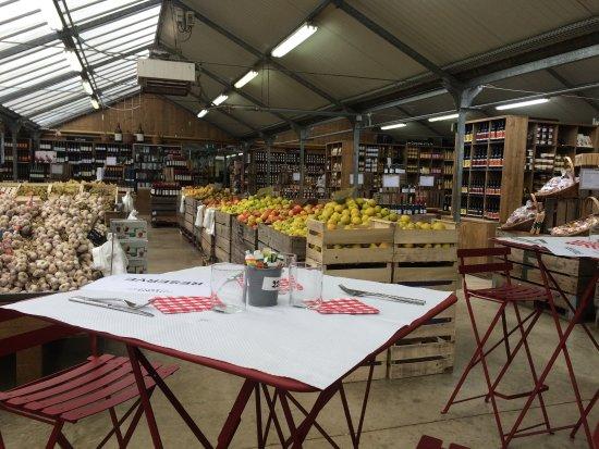 Saint Cyr l'Ecole, Prancis: Table haute au milieu du marché