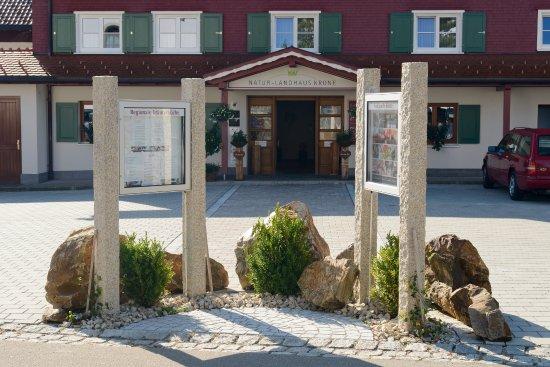 Maierhöfen, Deutschland: Eingangsbereich mit Parkplatz
