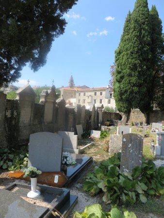 Motovun, Kroatië: Blick vom Friedhof zur Stadt