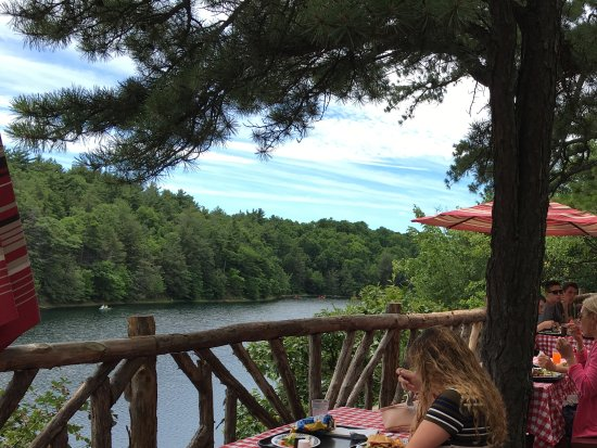 Mohonk Mountain House: Outdoor barbecue over looking the lake