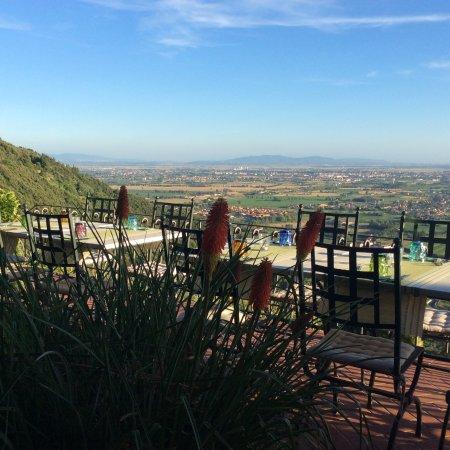 Un paesaggio surreale fa da cornice alla splendida terrazza del ...