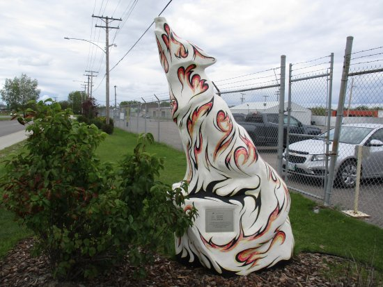 Thompson, Canadá: Wolf sculpture off beaten path.