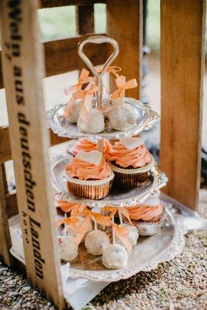 Hochzeitstorte mit Törtchen Picture of Backerei Konditorei Cafe