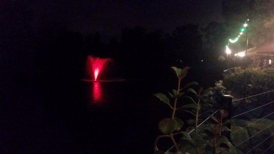 La Mesa, كاليفورنيا: color changing fountain red
