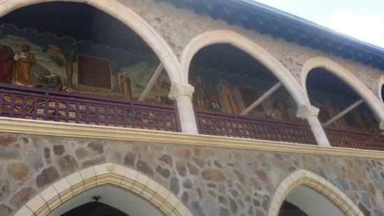 Pedoulas, Cipro: Vanuit open plaats in klooster zicht op patio met Bijbelse en historische verhalen