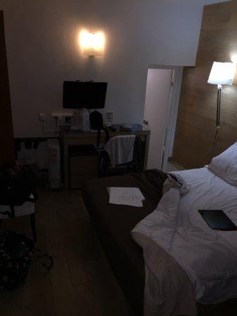 Hotel Du Moulin: Así es realmente la habitación y no como se muestra en internet, hay poca luz, pero es la que ha