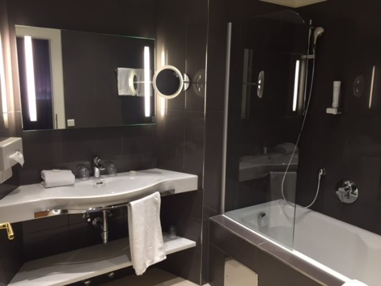 Hotel Wolf-Dietrich: Large, well equipped bathroom