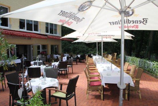 Eggersdorf, Duitsland: Sommerterrasse mit der Eindeckung für eine Kaffeetafel zur Hochzeit