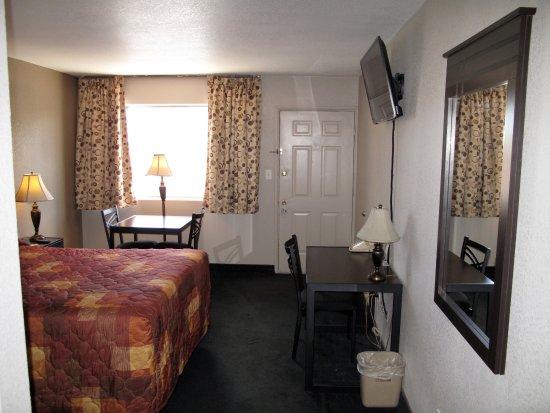 Budget Host Inn NAU / Downtown Flagstaff: NEW Renovated One Queen Beds