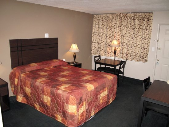Budget Host Inn NAU / Downtown Flagstaff: NEW Renovated One Queen Beds