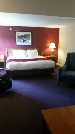 Fireside Inn & Suites: Expanded King & massage chair