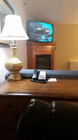 Fireside Inn & Suites: Desk and Fireplace in Ex King