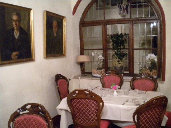 Wirtshaus Vögele: angolo del ristorante ..ogni stanza ha arredamenti diversi,,,,