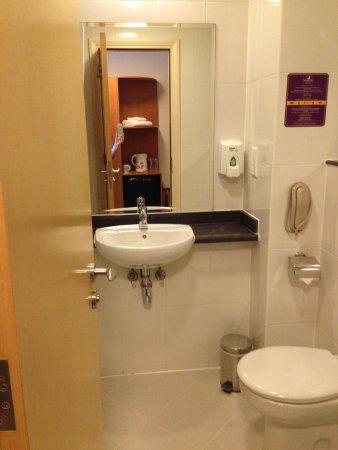 Premier Inn Dubai International Airport Hotel: Clean bathroom with shower over bath